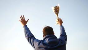 有奖励的优胜者在他的手上举他的手,高兴在成功 慢动作, 1920x1080,充分的hd 股票录像