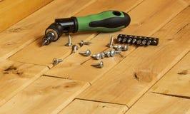 有套的螺丝刀位和螺丝和铝 免版税库存图片