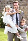 有女傧相和页男孩的新郎婚礼的 免版税库存图片