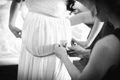 有女傧相的怀孕的新娘 免版税库存照片