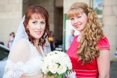 有女傧相的愉快的微笑的新娘 库存图片
