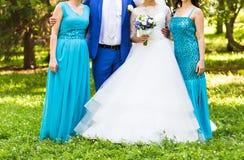有女傧相的新娘公园的在婚礼之日 库存照片
