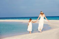 有女傧相的新娘美好的海滩婚礼的 免版税图库摄影