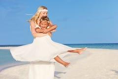 有女傧相的新娘美好的海滩婚礼的 免版税库存照片