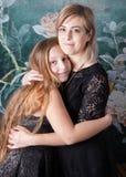 有女儿拥抱的母亲 免版税库存图片