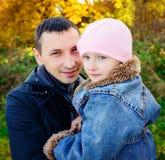有女儿的一个父亲在秋天森林里 库存图片