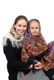 有女儿的一个年轻母亲穿俄国披肩 免版税库存图片