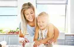 有女儿的乐趣厨房母亲 库存图片
