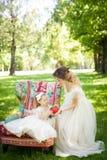 有女儿的乐趣母亲公园 免版税库存图片