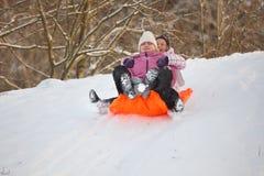 有女儿的乐趣母亲雪 免版税库存图片