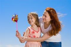 有女儿的乐趣母亲 免版税库存图片