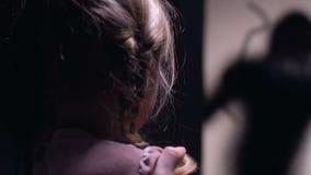 有女儿的女性害怕夜贼门,家庭保障系统外 影视素材