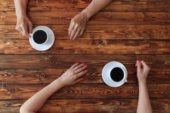 有女儿的年长妇女喝咖啡,顶视图照片 库存照片