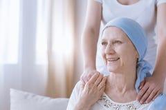 有女儿的微笑的癌症妇女 库存照片