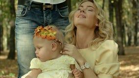 有女儿的愉快的年轻母亲在秋天公园 股票录像