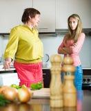 有女儿的母亲厨房的 免版税图库摄影