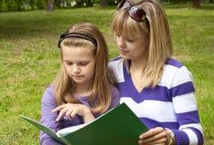 有女儿的母亲在公园 免版税图库摄影