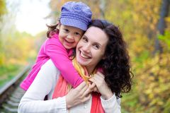有女儿的母亲在秋天 免版税库存照片