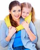 有女儿的母亲坐有容忍的沙发 免版税库存照片