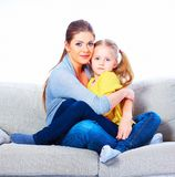 有女儿的母亲坐有容忍的沙发 库存照片