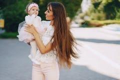 有女儿的母亲 免版税库存图片