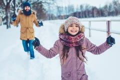 有女儿的爸爸室外在冬天 免版税库存照片
