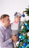 有女儿的爸爸装饰一棵圣诞树 图库摄影
