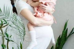 有女儿的,妇女怀孕腹部孕妇有孩子的 愉快的母性 期待在第三个三个月的婴孩诞生 图库摄影