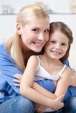 有女儿的兴高采烈的母亲 库存照片