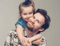 有女儿画象的家庭父亲 库存照片
