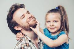 有女儿画象的家庭父亲 免版税库存图片