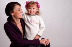 有女婴的母亲白色背景的 免版税库存照片