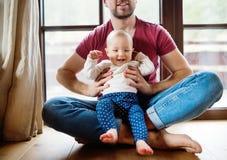 有女婴的父亲在家 库存照片