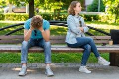有女孩的一个人坐一张公园长椅在夏天 概念在家庭生活之前破坏 争吵和 免版税库存照片