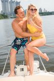 有女孩的一个人坐游艇的船尾 图库摄影