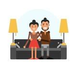 有女孩的一个年轻人坐长沙发 夫妇爱 向量例证