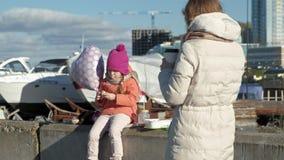 有女孩的一名妇女,有一个女儿的一个母亲,内河港的,妇女为孩子照相 股票视频