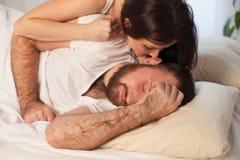 有女孩的人,早晨醒在卧室 图库摄影