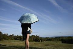 有女孩的伞 免版税库存图片