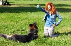 有女孩的德国牧羊犬 库存图片