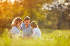 有女孩的父母在绿色公园 免版税图库摄影