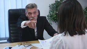 有女工的恼怒的上司在办公室 慢的行动 免版税图库摄影