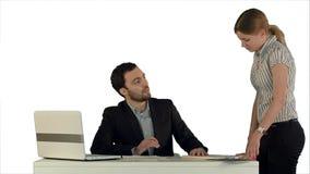 有女工的恼怒的上司在被隔绝的白色背景的办公室 免版税库存图片