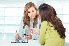 有女性患者的医生 有Stethosc的友好,愉快的医生 库存图片