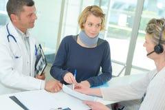 有女性耐心脖子的生理治疗师在诊所 库存图片