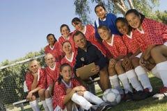 有女性足球队的裁判员 库存照片