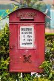 有女王维多利亚组合图案的老红色皇家邮件信箱 免版税库存图片
