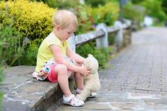 有女用连杉衬裤的小孩女孩涉及街道 库存照片