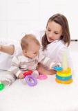 有女婴使用的少妇 免版税库存照片