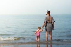 有女婴的母亲海滩的 免版税图库摄影